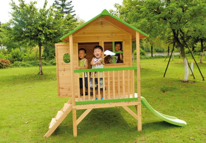 Abb. zeigt Kinderspielhaus mit Unterbau
